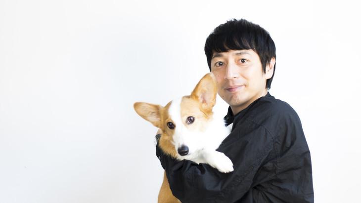 犬を抱くチュートリアル徳井。