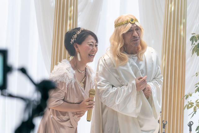 CM撮影中の友近(左)とダウンタウン松本(右)。