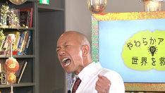 「やわらかアタマが世界を救う」MCのバイきんぐ小峠。(c)NHK