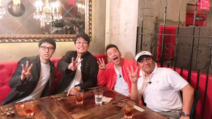 「上田ちゃんネル」に出演する(左から)浜ロン、古坂大魔王、くりぃむしちゅー上田、桐畑トール。ポーズは6月に迎える放送300回記念の「3」。(c)テレビ朝日