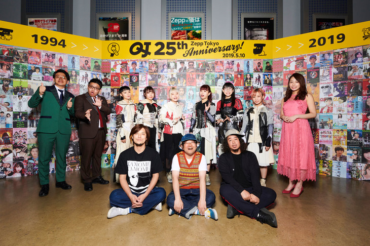 「Quick Japan 創刊25周年LIVE」に出演したサンボマスター(前列)とミキ、BiSH、宇垣美里(後列左から)。(撮影:神藤剛)