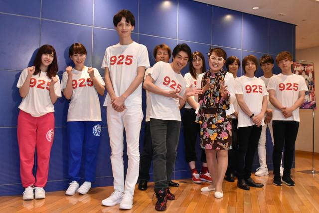 「山田邦子芸能生活40周年記念公演『山田邦子の門』」に出演する山田邦子らキャスト陣。