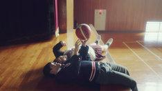 体育館で寝転ぶ亜生先輩(ミキ亜生)とゆりやん(ゆりやんレトリィバァ)。