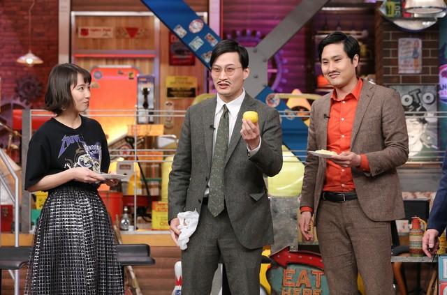 左から吉岡里帆、きつね。(c)日本テレビ