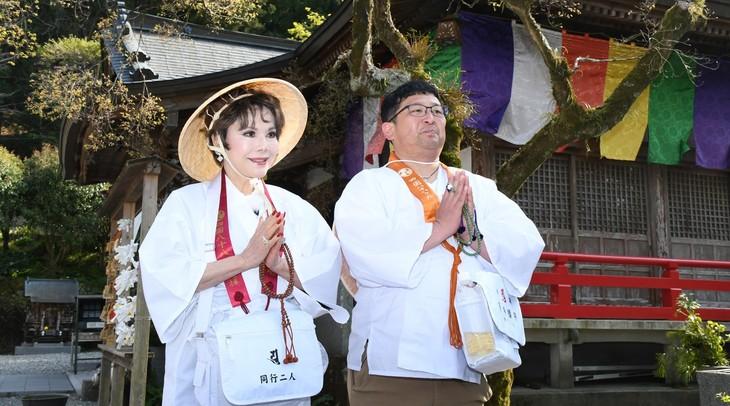 「千鳥もビックリ!!イマドキお遍路はじめませんか?」で四国遍路に臨むWエンジン・チャンカワイ(右)と、同行するデヴィ夫人(左)。(c)RSK