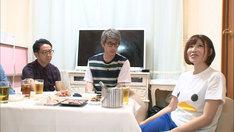 手島優(右)の自宅を訪れる、ロンドンブーツ1号2号・田村淳(中央)、おぎやはぎ矢作(左)。(c)テレビ朝日