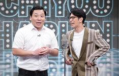 漫才を披露するインディアンス田渕(左)とアンタッチャブル柴田(右)。