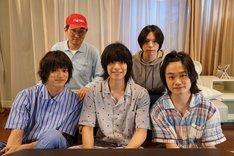 前列左から眞嶋秀斗、黒羽麻璃央、鳥越裕貴。後列左からシソンヌじろう、北村諒。
