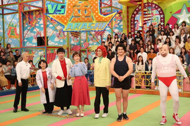 「VS嵐」に「チームものまね」として出演する(左から)次長課長・河本、メルヘン須長、Mr.シャチホコ、福田彩乃、アイデンティティ田島、ガリットチュウ福島、野性爆弾くっきー。(c)フジテレビ