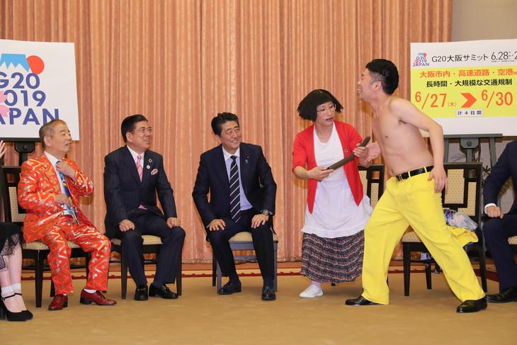 総理官邸を表敬訪問し、安倍晋三内閣総理大臣(中央)を前に「ドリルすんのかいせんのかい」を繰り広げる、すち子(すっちー)と吉田裕(右)。