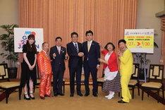 (左から)吉田朱里、池乃めだか、西川きよし、安倍晋三内閣総理大臣、ビスケッティ佐竹、すっちー、吉田裕。