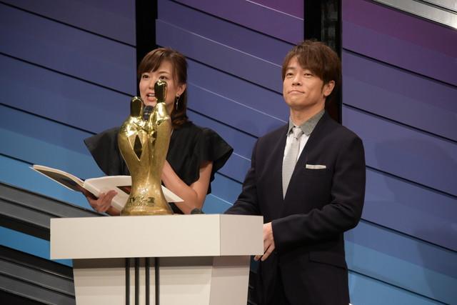 陣内智則(右)と斎藤真美(ABCテレビアナウンサー)。