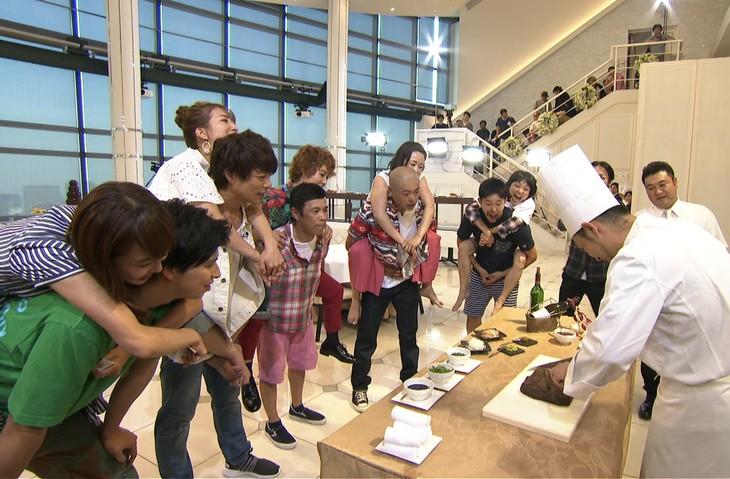 「夫婦耐久!おんぶショッピングゴチ」のワンシーン。(c)日本テレビ
