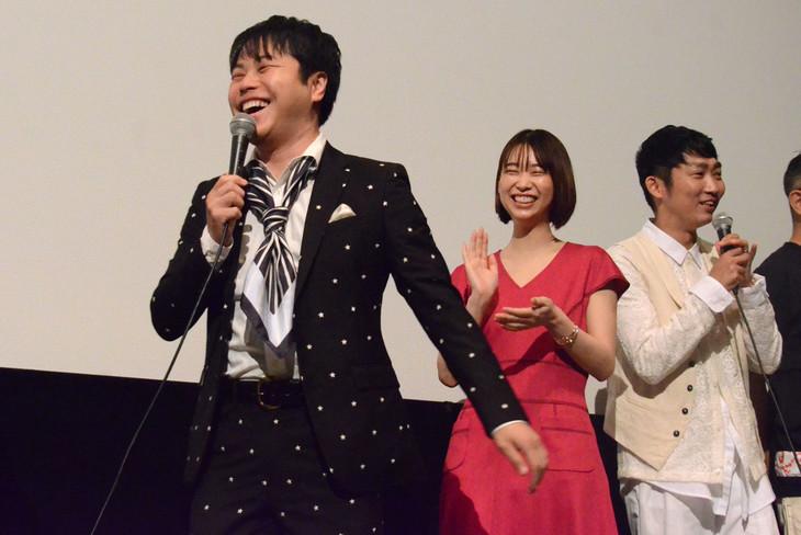「耳を腐らせるほどの愛」初日舞台挨拶の様子。左から井上裕介、森川葵、石田明。