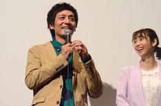 とろサーモン村田(左)と山谷花純(右)。