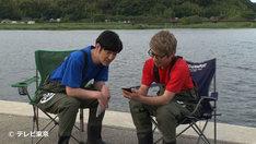「緊急SOS!池の水ぜんぶ抜く大作戦~THE GAME~」を体験したココリコ田中(左)とロンドンブーツ1号2号・田村淳(右)。
