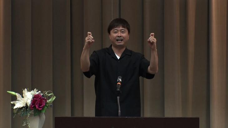 手話での講演に臨む次長課長・河本。(c)MBS
