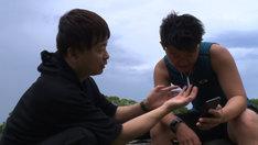 手話の先生でもあるデフアスリートの佐藤湊(右)の練習場を訪ねた次長課長・河本(左)。(c)MBS