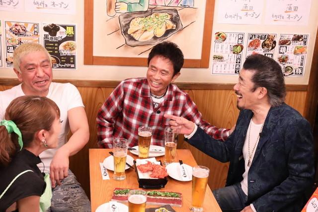 ダウンタウン、若槻千夏(手前左)、ゲストの宇崎竜童(右)。(c)フジテレビ