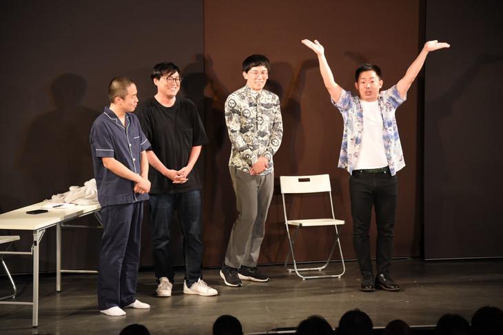 「ZOMMY」ポーズを1人で披露するザ・マミィ酒井(右)。