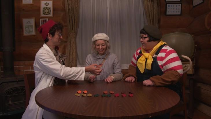 「オリガミの魔女と博士の四角い時間」より。左から滝藤賢一、最上もが、メイプル超合金・安藤。(c)NHK