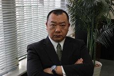 TKO木下演じる、丸越百貨店の販売促進部部長・深町智博。