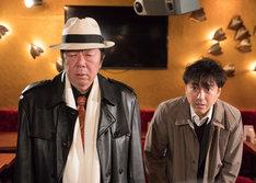 古田新太扮する岩切組の組長・岩切猛(左)とムロツヨシ扮する狛江光雄(右)。