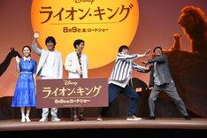 フォトセッション中、佐藤二朗に追いやられるミキ亜生(右端)。
