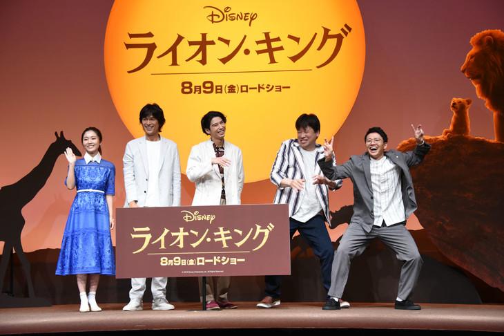 フォトセッション中の様子。左から門山葉子、江口洋介、賀来賢人、佐藤二朗、ミキ亜生。