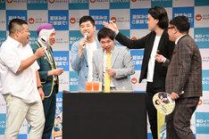 よしもとエンタメショップで販売される新メニューを試食するプラス・マイナス、霜降り明星、ミキ昴生。
