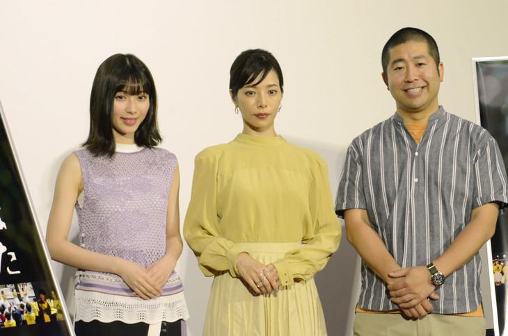 左から白石聖、桜井ユキ、ハライチ澤部。