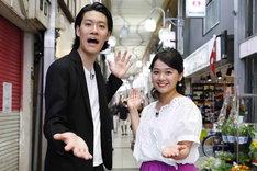 (左から)霜降り明星・粗品、谷元星奈アナ。(c)関西テレビ