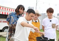 ナインティナイン岡村(手前)による調理の様子。(c)関西テレビ