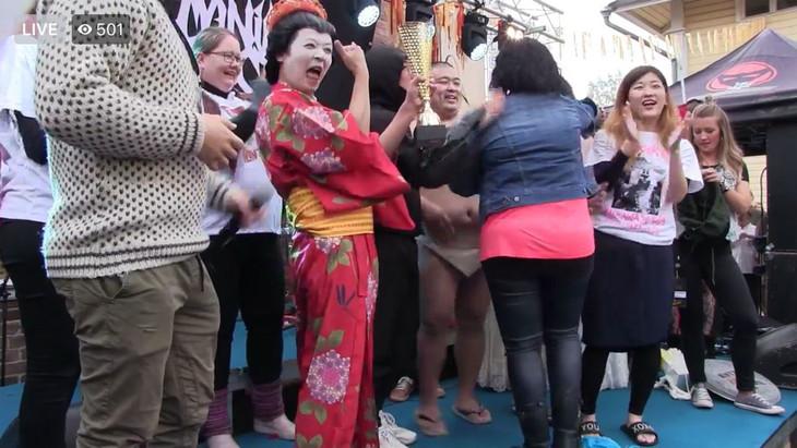 「第1回ヘヴィメタル編み物世界選手権」で優勝したGIGA BODY, METAL, from JAPAN。芸者の格好をしているのがうしろシティ金子。(@heavymetalknittingのFacebookより。)
