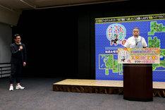 取材会の様子。左から平山大吾プロデューサー、出川哲朗。(c)テレビ東京