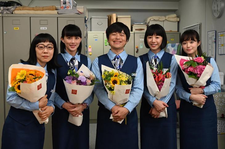左から山田真歩、臼田あさ美、バカリズム、夏帆、佐藤玲。