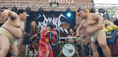 パフォーマンスするGIGA BODY, METAL, from JAPAN。手前中央のうしろシティ金子が編み技を披露。