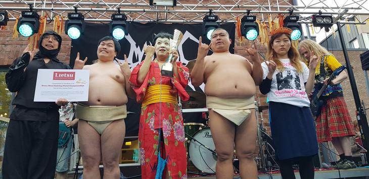 「ヘヴィメタル編み物世界選手権」で優勝したGIGA BODY, METAL, from JAPAN。