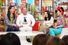 左からトム・ブラウン、上白石萌音、久本雅美。(c)日本テレビ