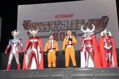 (左から)ウルトラマンタイガ、ウルトラマンタロウ、爆笑問題、ウルトラの父、ウルトラの母。