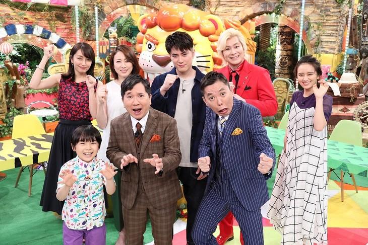 「専門家100人が選んだ びっくり映像で見る!世界最強動物ランキング」MCの爆笑問題(中央)ら出演者たち。(c)テレビ朝日