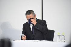 涙をぬぐう岡本昭彦社長。