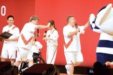 東京2020オリンピックマスコット・ミライトワとハイタッチをするサンドウィッチマン伊達(右)。