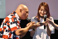 (左から)安田大サーカス・クロちゃんとまだない。。
