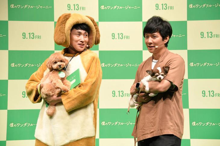 左からアンジャッシュ児嶋とその愛犬ネネ、アンジャッシュ渡部とその愛犬マロン。