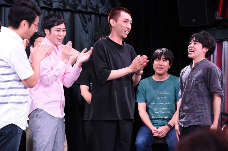 やさしいズ(左から2人目、3人目)とCMクリエイターの田端都望氏(右端)。