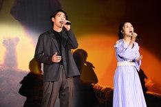 「愛を感じて」を歌唱する賀来賢人(左)と門山葉子(右)。