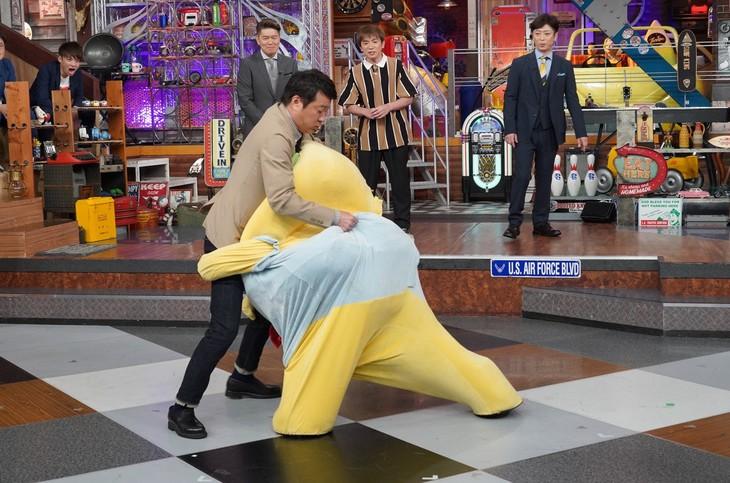 相撲で対決する極楽とんぼ加藤とふなっしー。(c)日本テレビ