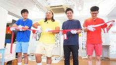 テープカットするロバートと藤田晋氏(左から3人目)。