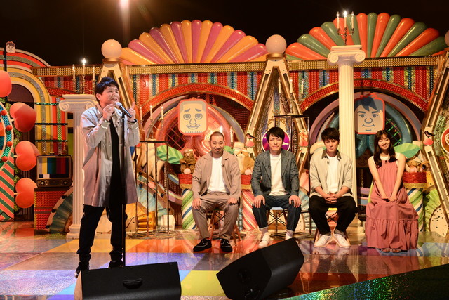 千鳥ノブ(左)が歌うスタジオのワンシーン。(c)テレビ朝日
